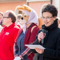 Frau Bürgermeister Andrea Ernhofer begrüßt bei strahlendem Sonnenschein die Kinder und Gäste, 2016