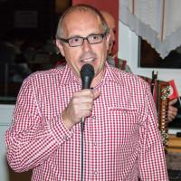 Dieter Betz begrüßt die Gäste
