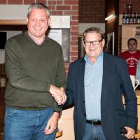 Manfred Hofweber bedankt sich bei Max Amberger für die großzügige Spende für den Sozialfonds, 2016