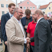Wolfgang Schilling begrüßt Martin Schulz in Kösching, 2017