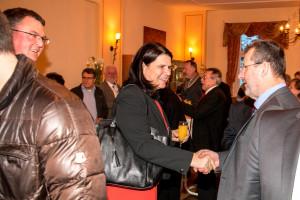 Bezirkstagskandidatin und Gaimersheimer Bürgermeisterin Andrea Mickel mit Gastgeber Wolfgang Köcher