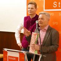 Sven John bedankt sich bei Horst Arnold mit Frankenwein