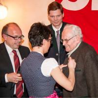 Bürgermeisterin Andrea Ernhofer steckt die Ehrennadel in Gold an