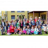 Der Osterbrunnen im Garten des Seniorenheims mit den Kindern des Kinderhorts, der Köschinger Osterhäsin, und den Hortdamen