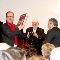 Dr. Friedrich Lenhardt überreicht das Köschinger Heimatbuch an Markus Rinderspacher