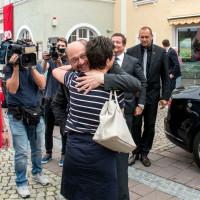 Andrea Ernhofer begrüßt Martin Schulz
